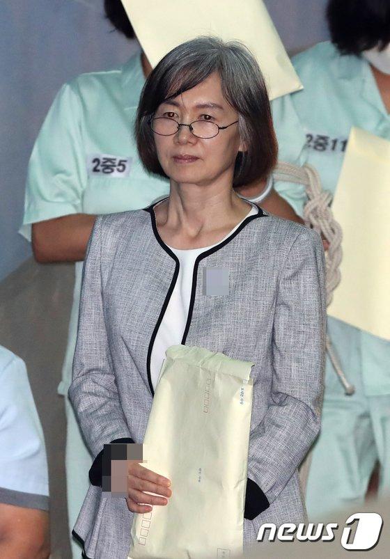 [사진]서류봉투 들고 법정으로 가는 최경희