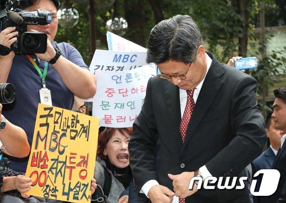 [사진]고개숙인 김장겸 MBC사장