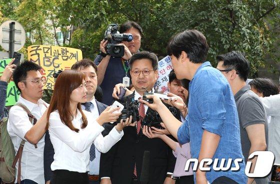 [사진]취재진에 둘러싸인 김장겸 MBC사장