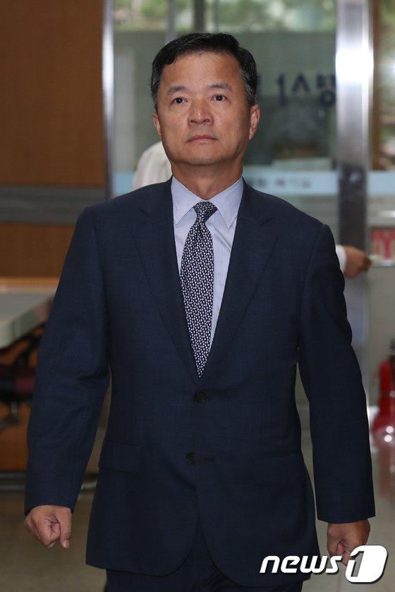 [사진]'최순실 인사' 의혹 유재경 전 주미얀마대사 증인 출석