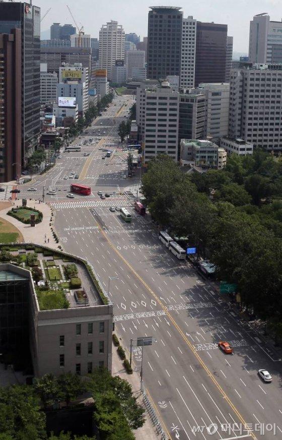 본격적인 휴가철을 맞아 시민들의 발길이 뜸해진 서울 광화문 사거리 일대