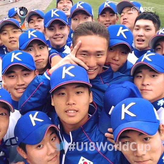 전승으로 슈퍼라운드에 진출한 한국 청소년 야구 대표팀. /사진=대한야구소프트볼협회 제공<br /> <br />