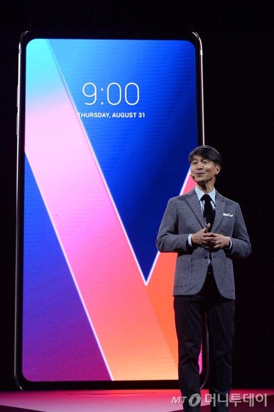 LG전자 MC사업본부장 조준호 사장이 지난달 31일 오전(현지 시간) 독일 베를린 마리팀호텔에서 차기 전략 스마트폰 'V30'에 대해 발표하고 있다.