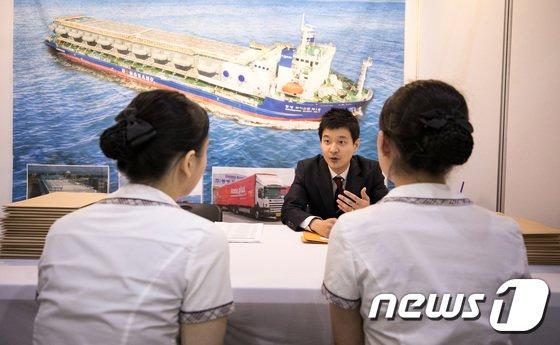 [사진]물류산업 채용박람회, '상담 받는 학생들'