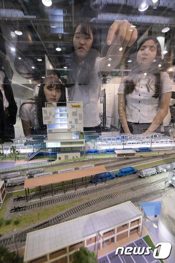 [사진]물류산업에 관심 많은 고등학생들