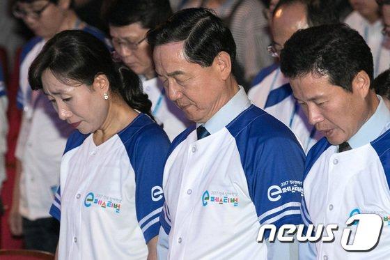 [사진]묵념하는 김상곤 장관