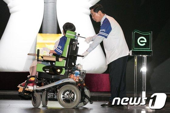 [사진]장애 학생 휠체어 미는 김상곤 장관
