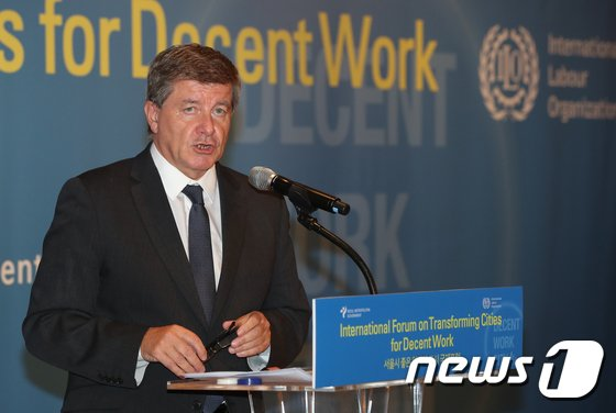 [사진]기조연설하는 가이 라이더 ILO 사무총장