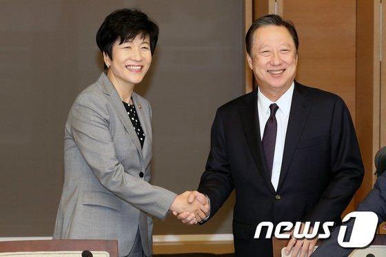 [사진]환하게 웃는 김영주 장관-박용만 회장