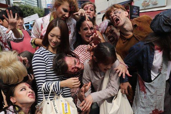 에버랜드 공포 체험 존 '블러드시티' 좀비 모델들이 4일 서울 마포구 홍대거리에서 '좀비'를 소재로 한 도심 속 공포체험 이벤트를 하고 있다. /사진=뉴스1