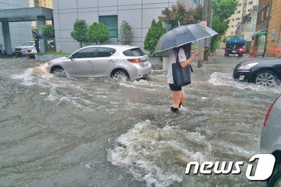 호우경보가 내려진 11일 오전 부산 수영구 구락로 인근의 도로가 쏟아진 폭우로 인해 침수됐다. (독자 장유리씨 제공) 2017.9.11/뉴스1 © News1 박채오 기자