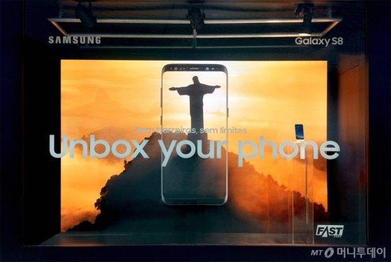 /포파이 어워드 브라질에서 금상을 수상한 삼성전자 갤럭시S8 쇼 윈도우 /사진제공=제일기획