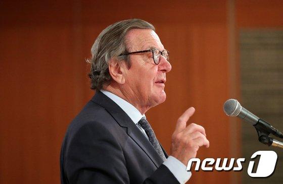 [사진]강연하는 슈뢰더 전 독일 총리