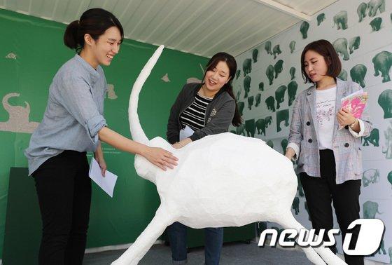 [사진]'시각 장애 학생들의 코끼리'