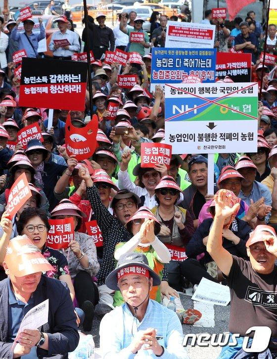[사진]릴레이 시위 벌이는 한우협회 농민들