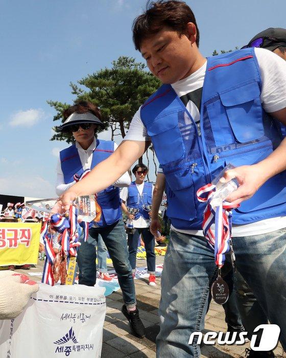 [사진]정규직 전환 요구하며 메달 버리는 운동부 지도자들