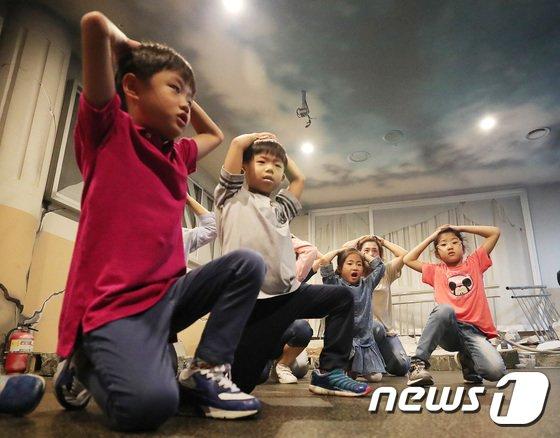 [사진]'지진 대피요령 배워요'