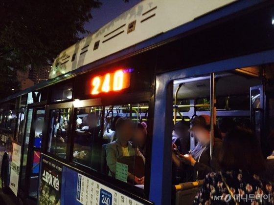 승객으로 붐비는 오후 6시 30분 무렵 240번 버스 /사진=남궁민 기자