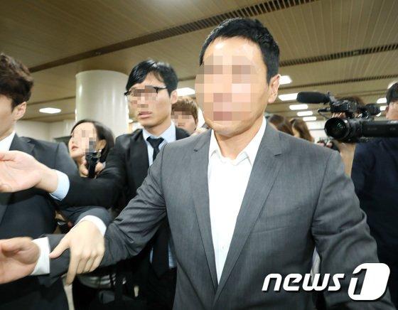방송인 김정민을 공갈 협박한 혐의를 받고있는 손태영 커피스미스 대표가 13일 오전 서울 중앙지방법원에서 열린 첫 공판을 마치고 법정을 나서고 있다. 2017.9.13./뉴스 © News1 권현진 기자