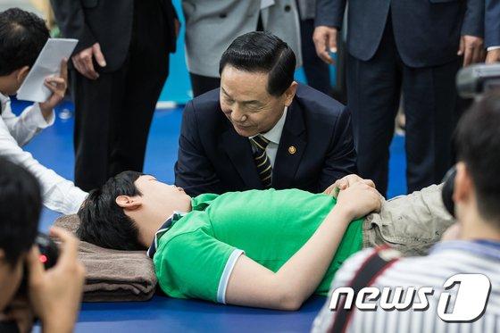 [사진]장애학생 격려하는 김상곤 부총리