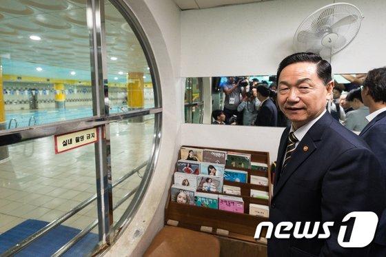 [사진]특수학교 찾아 수영장 둘러보는 김상곤 교육부총리