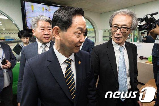 [사진]특수학교 시설 둘러보는 김상곤 부초일