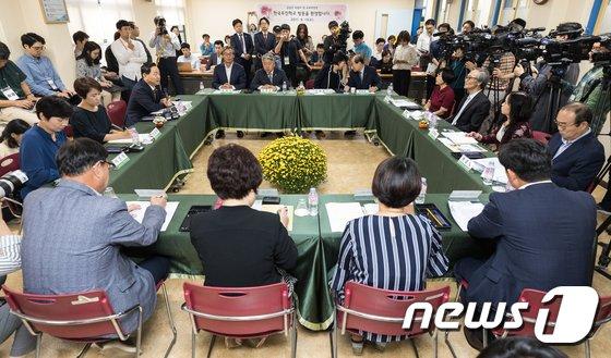 [사진]장애학생 학부모 및 특수학교 설립 관계자 만난 김상곤 교육부총리