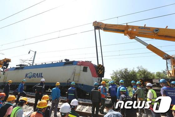 [사진]경의중앙선 사고 열차 '견인 준비'