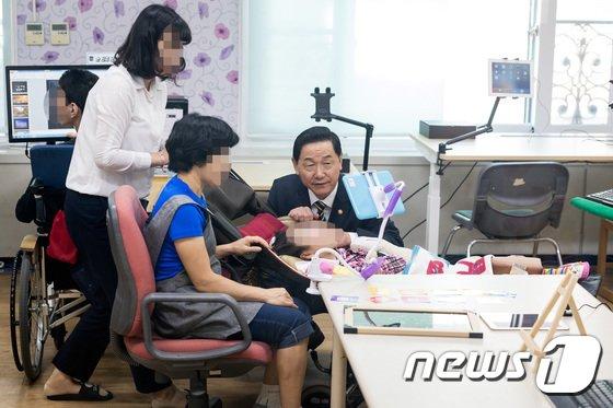 [사진]김상곤 부총리, 특수학교 찾아 학생 격려