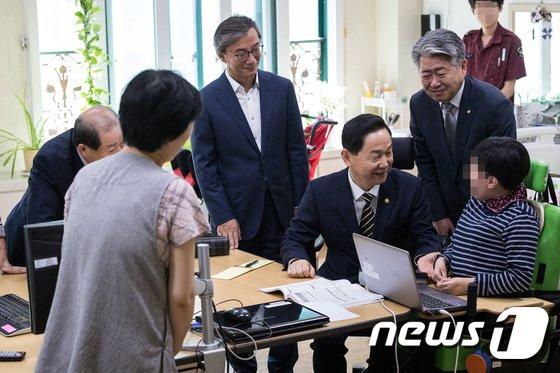 [사진]특수학교 방문한 김상곤 부총리