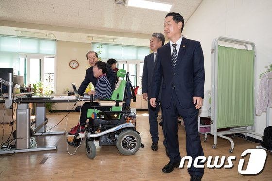 [사진]특수학교 둘러본 김상곤 부총리 '특수학교 설립 의지'