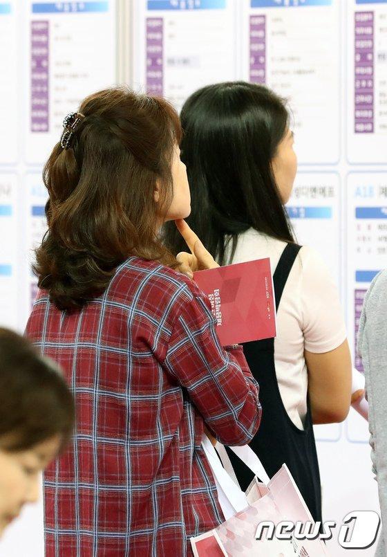 [사진]일자리 찾는 여성들