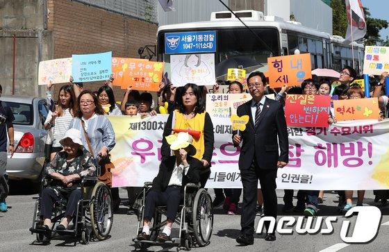 [사진]청와대로 행진하는 수요집회 참가자
