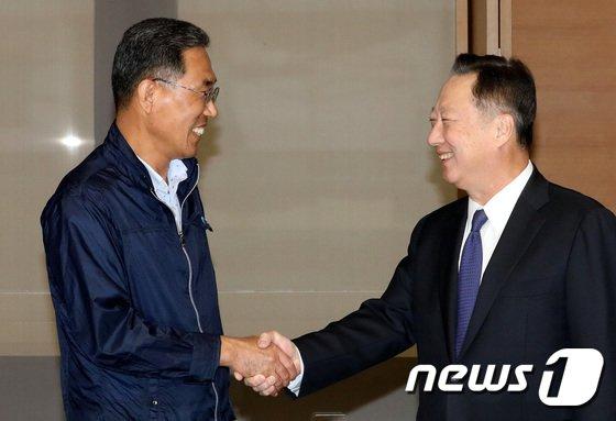 [사진]손잡은 김주형-박용만