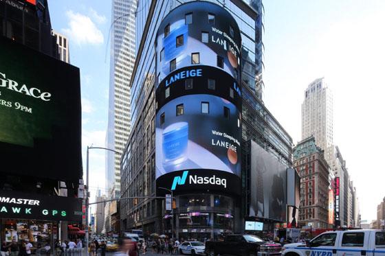 뉴욕 타임스퀘어 전광판에 진행한 라네즈 광고. 라네즈는 미국 세포라 144개 매장에 공식 입점하며 북미 시장 공략 강화에 나섰다./사진제공=아모레퍼시픽