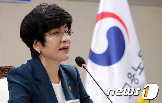 [사진]김영주 장관 '쉬운 해고, 양대지침 폐기'