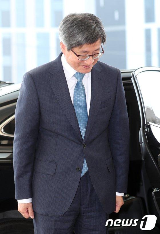 [사진]인사하는 김명수 대법원장