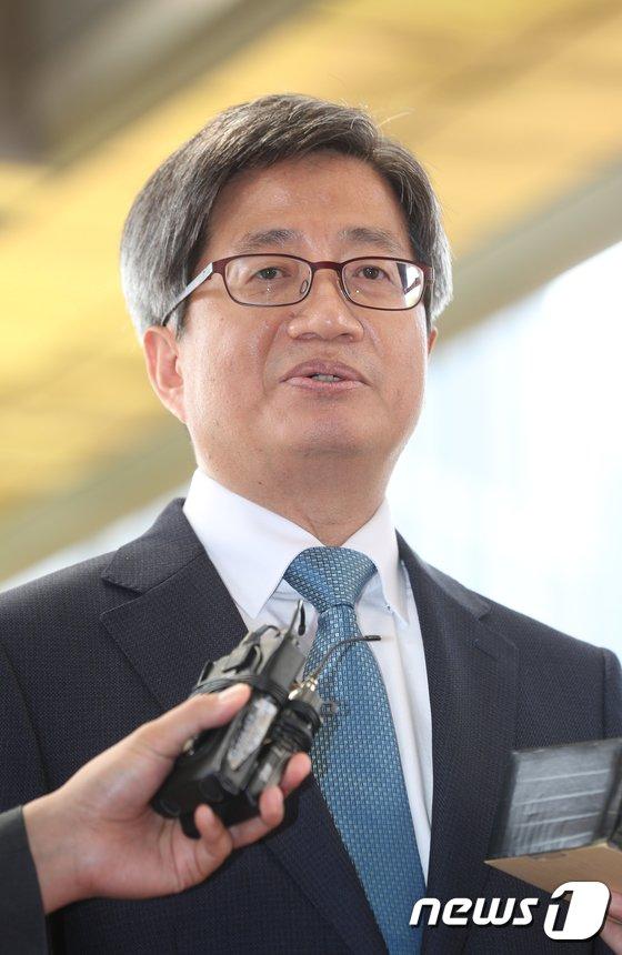 [사진]취재진 질의 답하는 김명수 대법원장