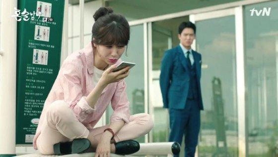 지난해 방영된 tvN 드라마 혼술남녀에서 주인공이 휴대폰 음성인식 AI에 대고 혼잣말을 하고 있다. /사진=tvN 캡처