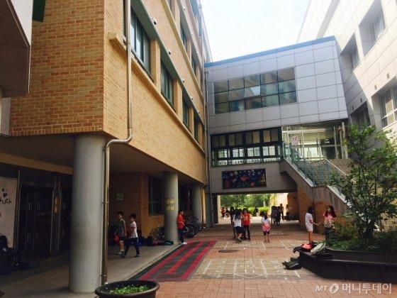 지난달 22일 오전 서울 은빛초등학교 30분 중간놀이시간에 학생들이 학교 곳곳에서 놀고 있는 모습. 이 시간에는 운동장뿐 아니라 산책로, 공터, 모래놀이터 등 모든 곳이 아이들의 놀이 공간으로 변한다./사진=방윤영 기자