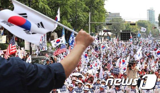 [사진]박근혜 전 대통령 무죄 석방 서명운동, '태극기 흔들며'