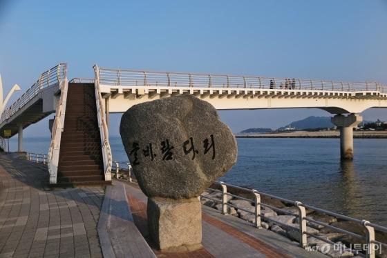 강원도 강릉 19남대천이 바다와 만나는 지점에 놓인 솔바람다리. /사진=진우석<br />