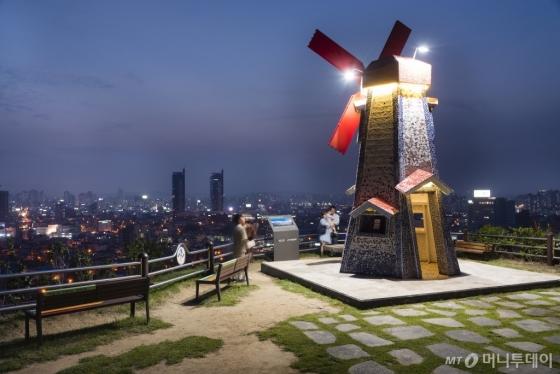 밤이면 풍차에 불이 커져 더욱 아름다운 풍경을 연출하는 대전 대동하늘공원 전경. /사진=이시목<br />
