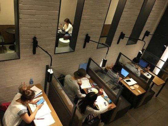청년들이 취업 및 시험 준비에 열중하고 있다.