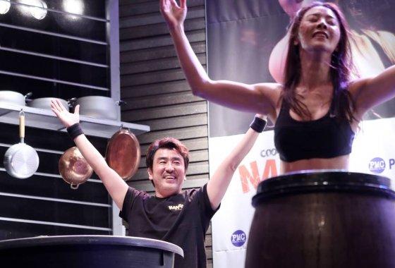 배우 류승룡(왼쪽)이 13일 오후 서울 중구 충정로 난타 전용 극장에서 진행된 '난타 20주년 기념 특별 간담회'에 참석해 20주년 축하공연을 선보이고 있다.