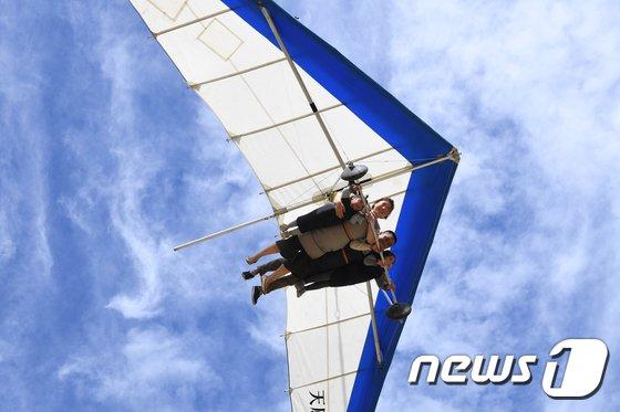 [사진]'행글라이더 타고 하늘로'