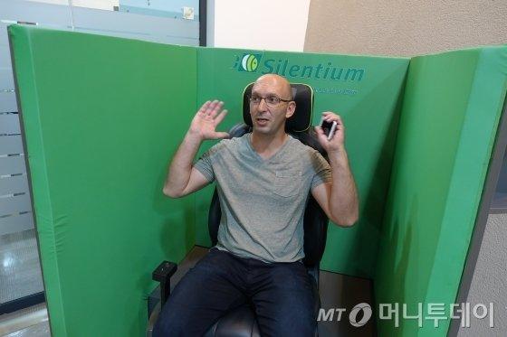 실렌티움(Silentium) 요엘 나오르 대표가 자동차 내부 소음을 능동적으로 저감시키는 기술을 시연하고 있다./사진=텔아비브(이스라엘) 장시복 기자