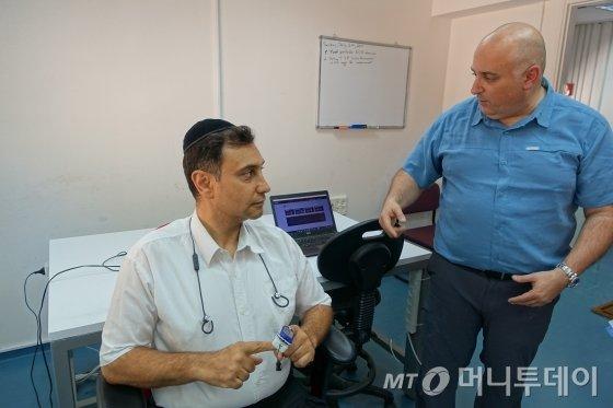 '네티라'의 아이작 리트먼 대표(오른쪽)가 기술 시연을 하고 있다./사진=예루살렘(이스라엘) 장시복 기자