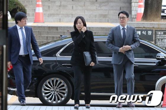 [사진]'블랙리스트' 항소심 출석하는 조윤선 전 장관