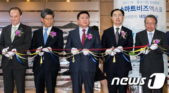 [사진]테이프커팅식 참석한 한상범 LG 디스플레이 부회장
